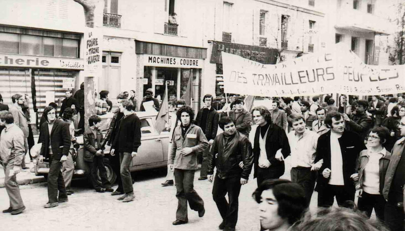 1er mai 1972 : En tête du cortège, on reconnaît, de gauche à droite : Alain Geismar (porte-parole de l'ex-Gauche Prolétarienne, blouson en cuir noir), Nicolas Baby (AMR, veste noire, gilet blanc), Arlette Laguiller (Lutte Ouvrière).