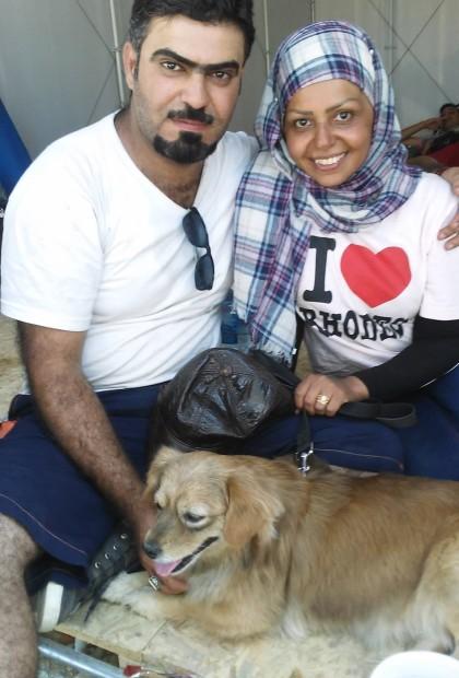 Ailleurs, c'est un autre couple, toujours beau et souriant, avec son chien « Johnny »