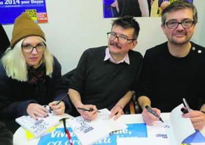 Février 2014 : Sarah Constantin, accompagnée de Luz et Charb, soutient le maire communiste Sébastien Jumel.