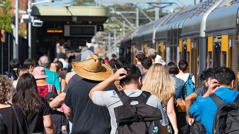 Le tourisme de masse présenté comme un fléau, l'immigration de masse passée sous silence